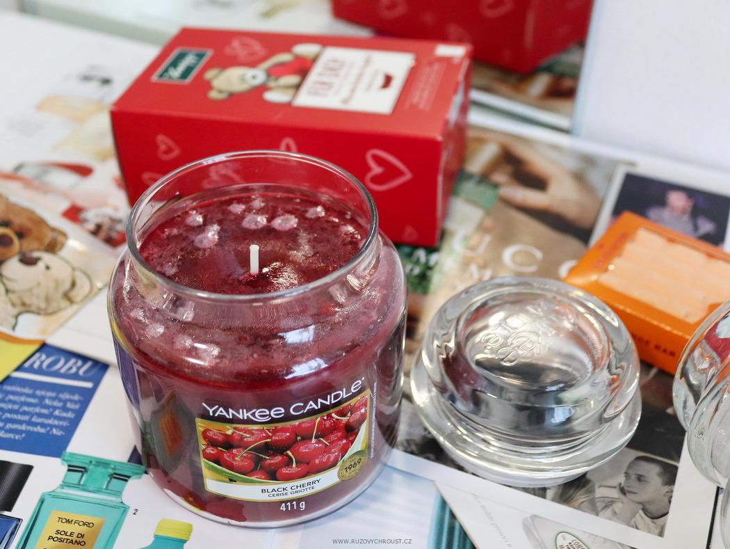 Relaxační restart ve vaně - Yankee Candle svíčky (Black Cherry, Midnight Jasmine), Kneipp 4 soli do koupele, Makeup Revolution pěna do koupele Orange